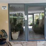 דלת כניסה ותיבות על מעמד בצבע